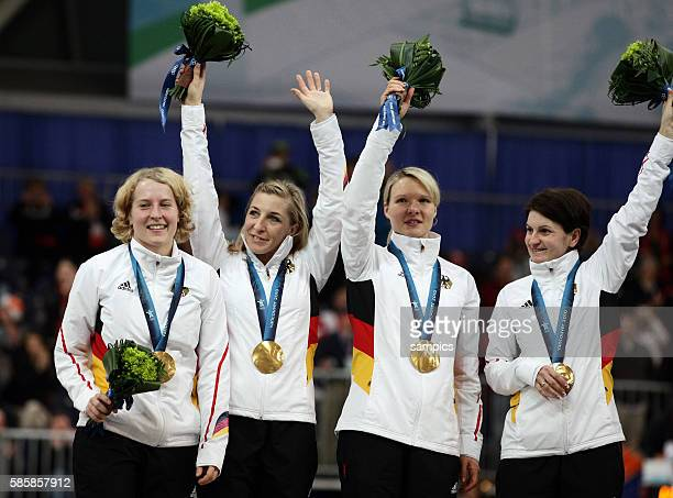 Das deutsche Damenteam feiert den Olympiasieg und präsentiert die Goldmedaille vl Katrin Mattscherodt Anni Friesinger Stephanie beckert Daniela...