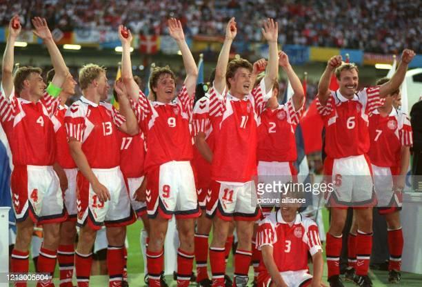 Das dänische Team jubelt nach dem 2:0-EM-Endspiel-Sieg gegen Weltmeister Deutschland am in Göteborg - v.l.n.r. Kapitän L. Olsen , T. Piechnik, H....