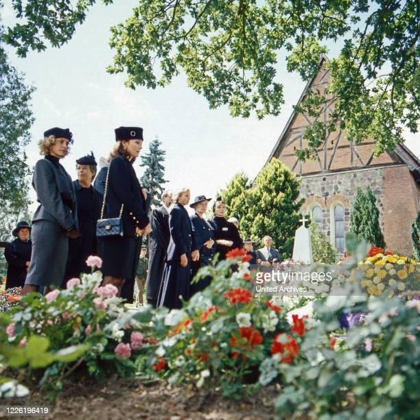 Das Erbe der Guldenburgs Fernsehserie Deutschland 1986 1988 Folge Das falsche Testament Darsteller Sydne Rome Iris Berben Katharina Böhm Christiane...