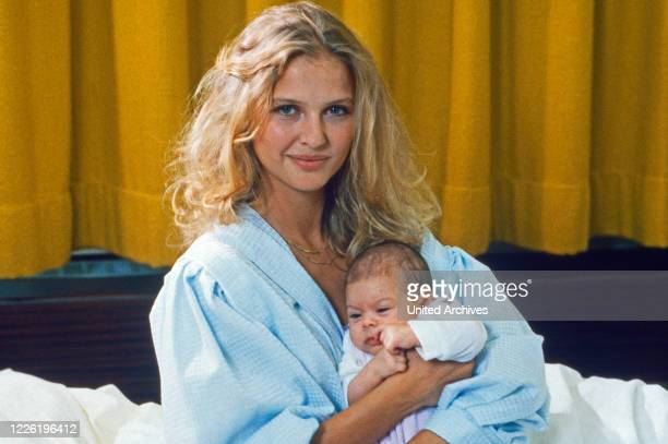Das Erbe der Guldenburgs Fernsehserie Deutschland 1986 1988 Folge Die große Show Darsteller Katharina Böhm mit Baby