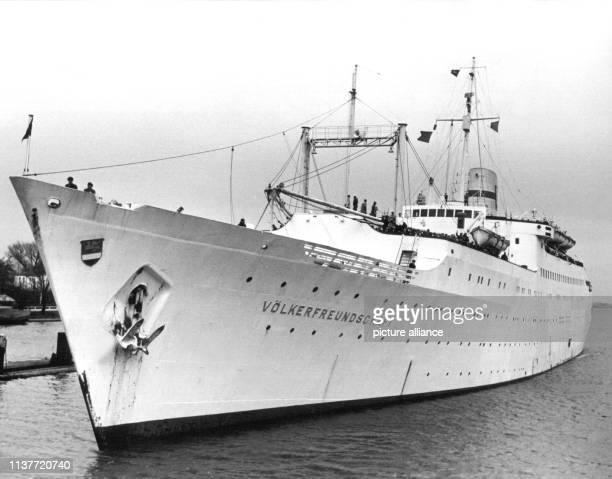 Das erste Urlaubsschiff des Freien Deutschen Gewerkschaftsbundes der DDR beim Einlaufen in die Schleuse Brunsbüttelkoog am 25 Februar 1960 Mit rund...