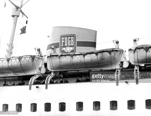 Das erste Urlaubsschiff des Freien Deutschen Gewerkschaftsbundes der DDR aufgenommen am 25 Februar 1960 Mit rund 600 Passagieren an Bord vor allen...