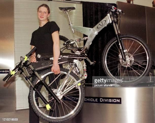 """Das erste zusammenklappbare Mountainbike der Welt zeigt eine Ausstellerin auf der Messe """"Eurobike"""" in Friedrichshafen am Bodensee, die am 3.9.1998..."""