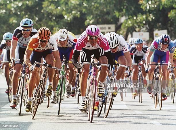 """Das Fahrerfeld der """"Vuelta a Mallorca"""" beendet das Kriterium Palma im Zielsprint. Einer der führenden des Feldes ist Erik Zabel; er fährt für das..."""