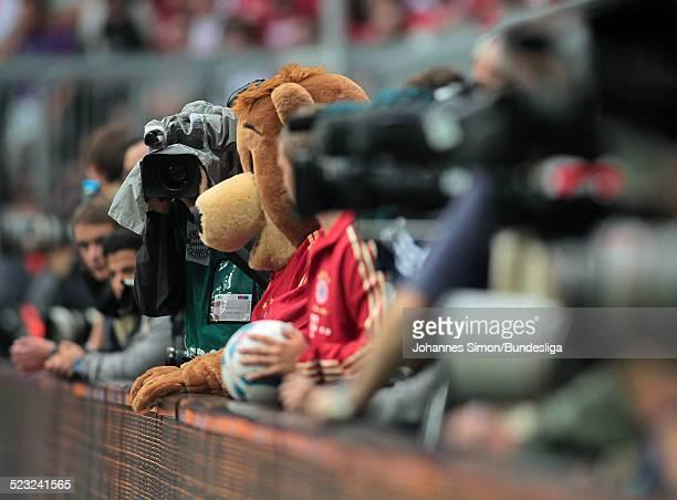 Das FCBayernMaskottchen Bazi an der Bande gesehen waehrend dem Bundesliga Spiel zwischen dem FC Bayern Muenchen und Borussia Moenchengladbach am in...
