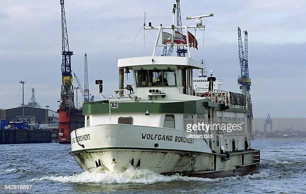 Das Fährschiff Wolfgang Borchert der HADAG Seetouristik und Fährdienst AG auf der Elbe bei Hamburg Fähre Passagierschiff