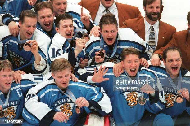 """Das finnische Eishockey-Team feiert am 21.2.1998 in Nagano den Gewinn der Bronzemedaille. Die Finnen besiegten im """"Kleinen Finale"""" den fünfmaligen..."""