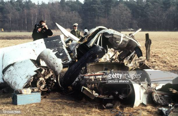 Das Flugzeugwrack in dem der Manager des Deutschen FußballMeisters Bayern München Uli Hoeneß am einen Absturz überlegt Die beiden Piloten und ein...