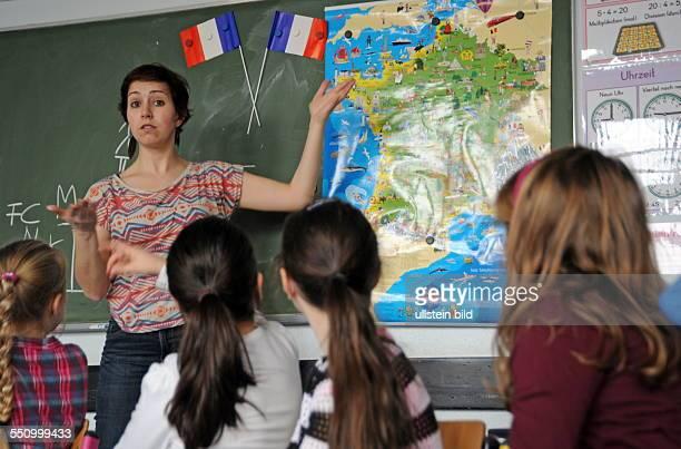 Das France Mobil ist zu Gast an der Grundschule Heidstock Im Bild Mathilde Caillol vom Institut francais de Mayence bringt den Kindern spielerisch...
