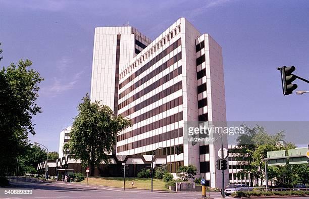 Das Gebäude der Ruhrgas AG in der Huttropstraße in Essen Neben dem Haus befinden sich Bäume und davor eine Straßenkreuzung Rechts hängt eine Ampel...
