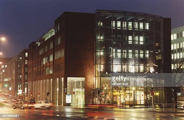 Das Gebäude des DeutschJapanischen Handelszentrums an der Düsternstraße in der Hamburger Neustadt die verglaste Stirnfront des Gebäudes von der...