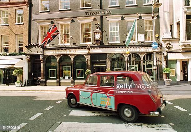 Das Geschäftsgebäude des Juweliers Tiffany Co in der Bondstreet in London Die Fassade ist mit Flaggen geschmückt Auf der Straße vor dem Geschäft...