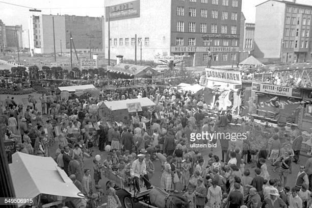 Strassenfest an der Sektorengrenze in der Friedrichstraße am Checkpoint Charly in Berlin