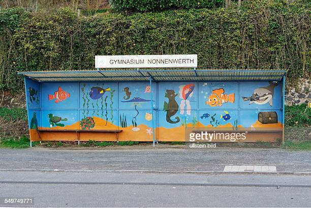 Das Gymnasium Nonnenwert liegt auf einer Rheininsel bei Remagen-Rolandswerth südlich von Bonn, und die Schüler müssen täglich mit einer kleinen Fähre...
