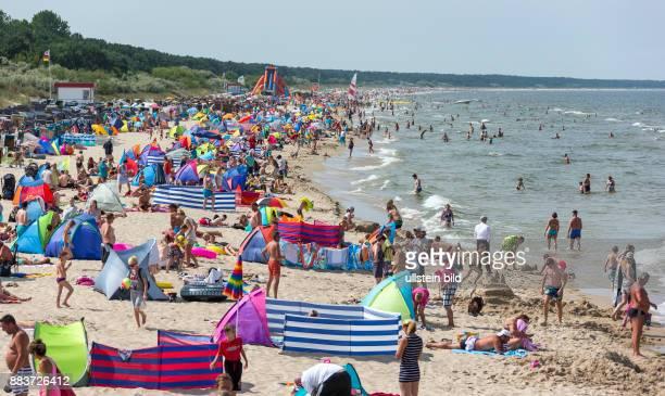 Das herrliche Sommerwetter sorgt für dichtes Gedraenge am Sandstrand in Zinnowitz auf der Insel Usedom.