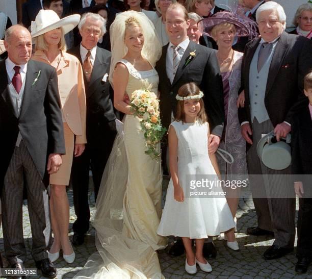 Das Hochzeitspaar Christian Gunnar Sachs und Ehefrau Tania posiert am 3171999 nach der Trauung in der St VitusKirche in Kufstein mit seinen Eltern...