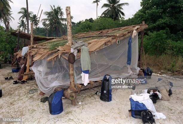 Das ist die selbst gebaute und mit Moskitonetzen verhangene Hütte auf der malayischen Insel Simbang, in der die Teilnehmer der SAT.1-Abenteuer-Show...