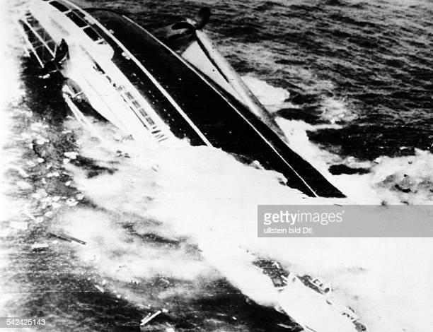 Das italienische Passagierschiff 'Andrea Doria' sinkt nach einer Kollision mit einem anderen Schiff im Meer südöstlich von Boston USA Alle Passagiere...
