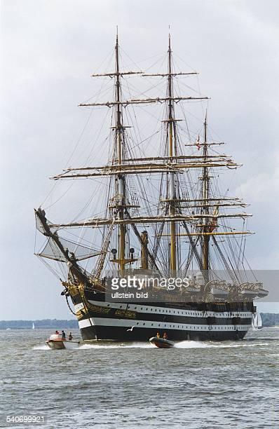 Das italienische Segelschulschiff 'Amerigo Vespucci' auf der Elbe Segelschiff Schulschiff Windjammer Dreimaster