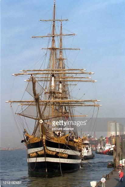 Das italienische Segelschulschiff Amerigo Vespucci legt am 5 August 1999 an den Hamburger Landungsbrücken an Das 1005 Meter lange Segelschiff mit 408...