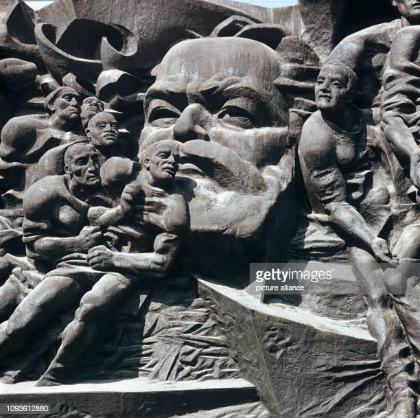 Das KarlMarxRelief an der KarlMarxUniversität in Leipzig Detail undatiertes Foto von 1982 Das Bronzerelief Aufbruch ist ein 1973 für den damaligen...