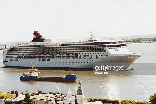 Das Kreuzfahrtschiff 'Super Star Virgo' auf der Elbe bei Blankenese im Vordergrund das Frachtschiff 'Zingst' Passagierschiff Schiff Aufgenommen Juli...