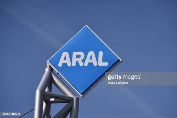 Das Logo der ARAL Tankstelle vor blauem Himmel aufgenommen am in Wemperhardt Foto Horst Galuschka