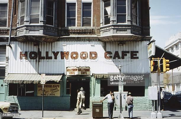 Das Lokal Hollywood Cafe an einer Straßenkreuzung in El Paso Undatiertes Foto