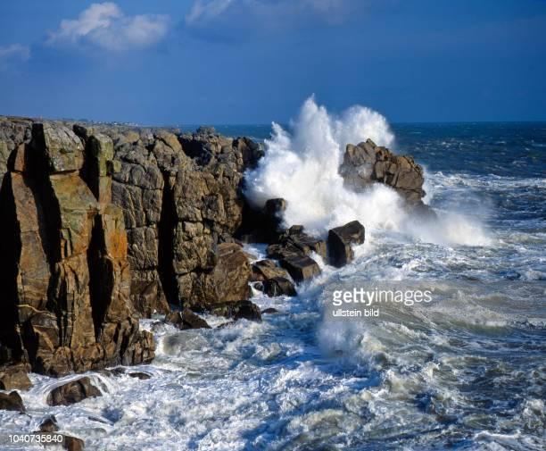 Das Meer peitscht stuermisch gegen die felsige Steilkueste des Atlantik an der Pointe du Croisic in der Bretagne.