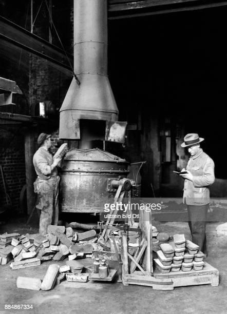 Das Metall wird für das Gießen der Glocke abgewogen Robert Sennecke Originalaufnahme im Archiv von ullstein bild