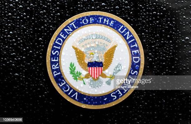 Das mit Regentropfen überzogene Zeichen des USVizepräsidenten mit Adler und dem Schriftzug VICE PRESIDENT OF THE UNITED STATES aufgenommen am in...