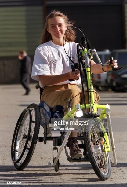 """Das Model Grit demonstriert am in Düsseldorf im Rahmen der Rehabilitationsmesse """"Reha International '97"""" ein """"Hand-Bike"""", ein Fahrrad für..."""