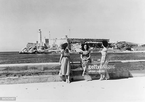 Das MorroKastell von der MaleconStrasse aus gesehen im Vordergrund Frauen auf der Kaimauer1954