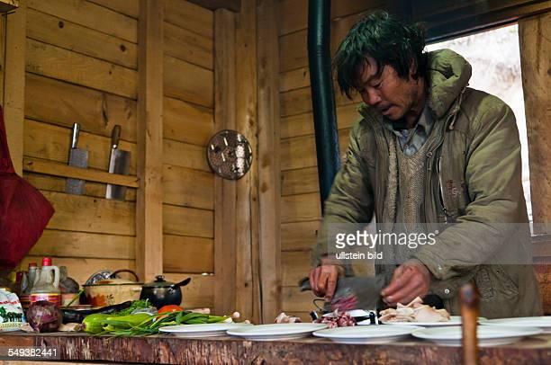 das Naturreservat Meili Xue Shan Tibeter beim Zubereiten von Speisen