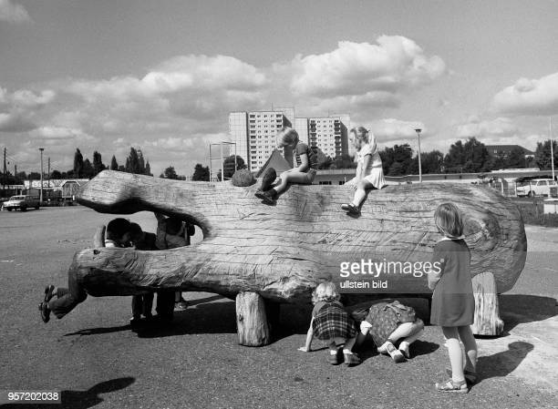 Das Nilpferd auf dem Kinder spielen gehört zu den Ausstellungsstücken der VIII Kunstausstellung der DDR 1977 in Dresden Die Ausstellung fand vom 01...