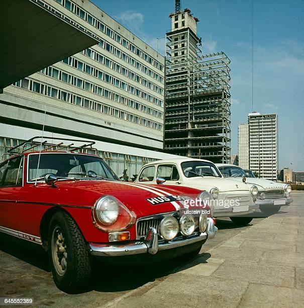 Das noch im Bau befindliche Hotel Stadt Halle bereits 1966 eroeffnet ein InterhotelTypenbau der DDR in der Chemiestadt Halle am Thaelmannplatz dem...