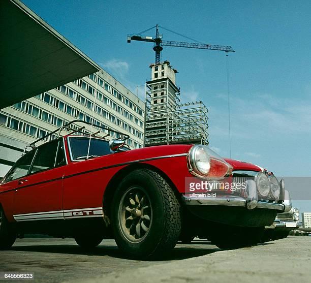 Das noch im Erweiterungsbau befindliche Hotel Stadt Halle 1966 eroeffnet ein InterhotelTypenbau der DDR in der Chemiestadt Halle am Thaelmannplatz...