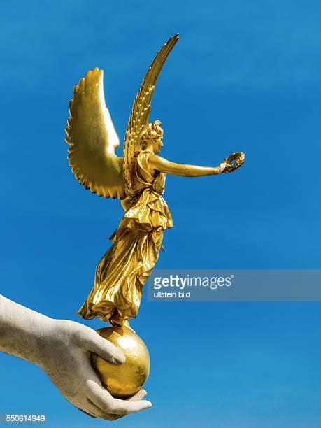 Das Parlament als Sitz der Regierung in Wien Siegesgöttin Nike in der rechten Hand der Göttin Pallas Athena des PallasAtheneBrunnens