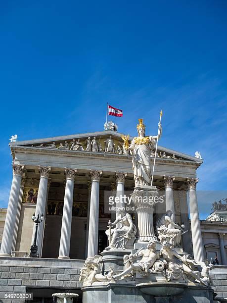 Das Parlament in Wien Österreich Mit der Statue der Pallas Athene der griechischen Göttin für Weisheit