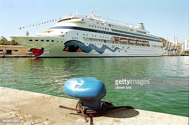 Das Passagierschiff Aida liegt im Hafen von Malaga in Spanien. Schiffsreise; Urlaub .