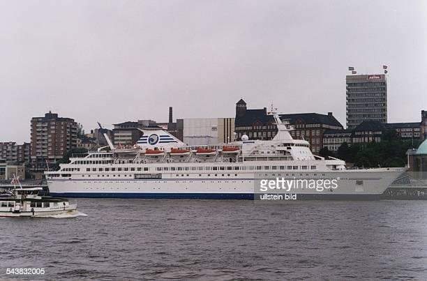 Das Passagierschiff Delphin liegt an den Hamburger Landungsbrücken