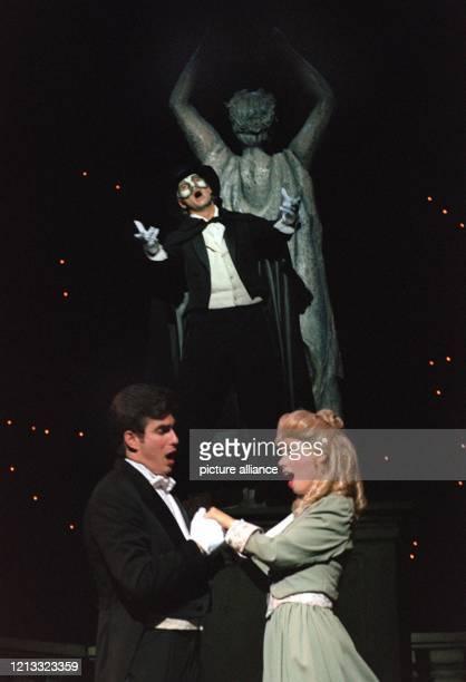 """Das """"Phantom der Oper"""" beobachtet das Liebespaar Raoul und Christine , aufgenommen am 10.7.1996 während einer Probe vor der Premiere in der Oper in..."""