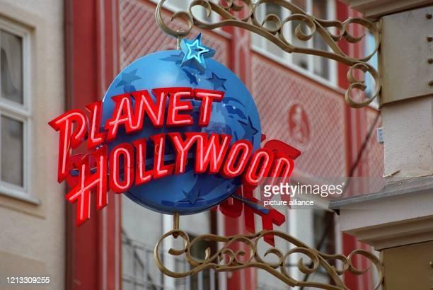 Das Schild des Münchner PlanetHollywoodRestaurants am 9101997 Ein großes StarAufgebot das am 1110 zur feierlichen Eröffnung erwartet wird versetzte...