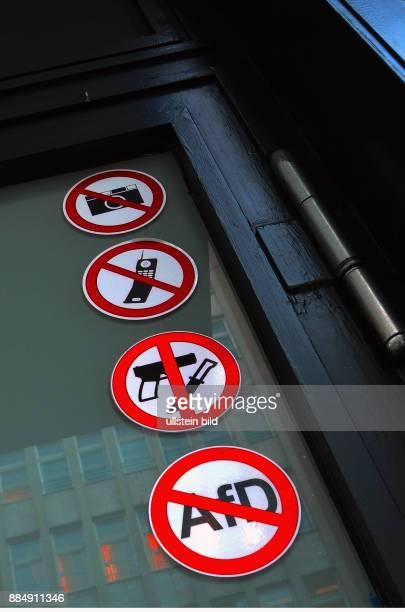 Das Schild mit den durchgestrichenen AfDSymbol klebt in einer Reihe von Verbotsschildern an der Tuer des Restaurants Nobelhart und Schmutzig in...