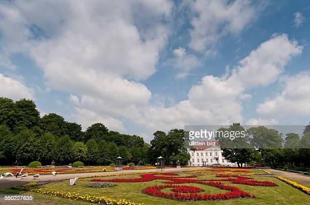 Das Schloss Friedrichsfelde auf dem Gelände des heutigen Tierparks Berlin im Berliner Stadtbezirk Lichtenberg wurde 1695 als Schloss Rosenfelde...