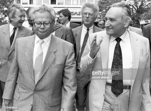 Das SEDPolitbüromitglied Hermann Axen und der SPDPolitiker Egon Bahr auf dem Weg zu einer Pressekonfernz am in Bonn auf der sie ihr gemeinsames...