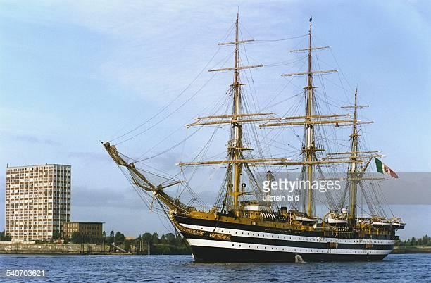 Das Segelschulschiff der italienischen Marine 'Amerigo Vespucci' bei ihrer Fahrt in den Hamburger Hafen Segelschiff Schulschiff Windjammer Dreimaster