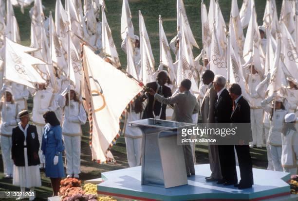 Das senegalesische Mitglied des Internationalen Olympischen Komitees Louis Guirandou N'Diaye übergibt am 2871984 bei der feierlichen Eröffnung der...