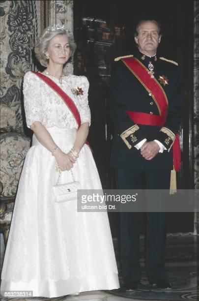 Das spanische Königspaar Juan Carlos und Sophia in repräsentativer Kleidung mit Schärpen und Orden