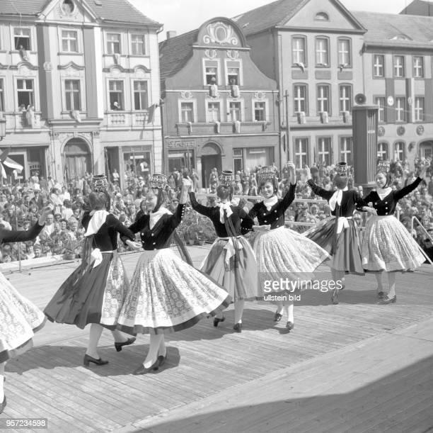 """Das Tanzensemble """"Freundschaft"""" tritt am auf der Bühnen am Altmarkt in Cottbus zum Kampf- und Feiuertag der Arbeit auf."""